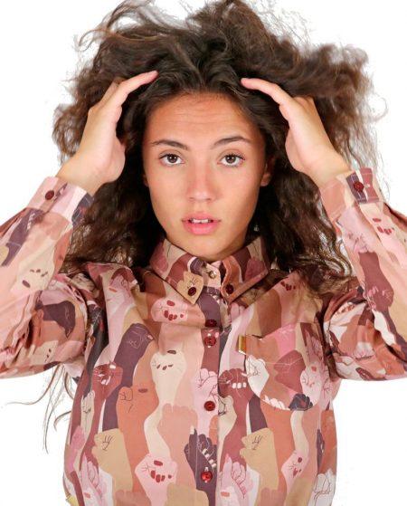 Camisa de mujer en tonos claros de manga larga y estampado exclusivo feminista