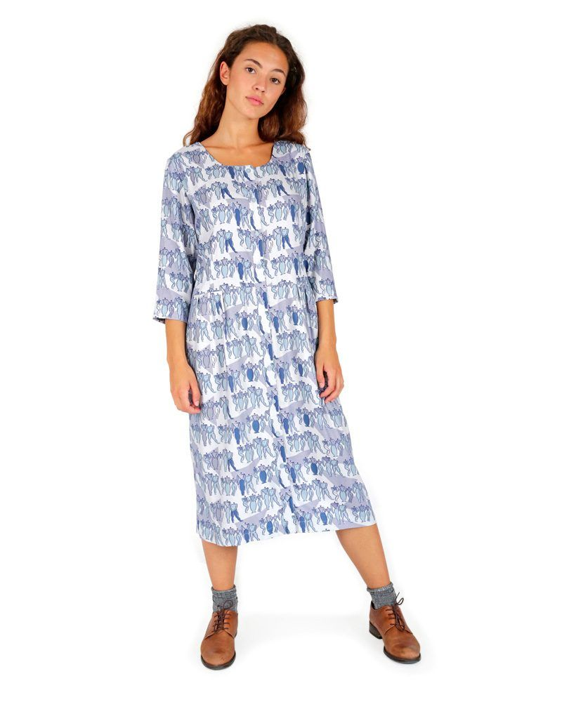Vestido azul estampado de corte cómodo y favorecedor, largo midi.