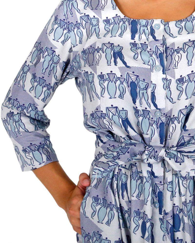 Vestido amplio azul estampado con botones, manga tres cuartos y largo midi.