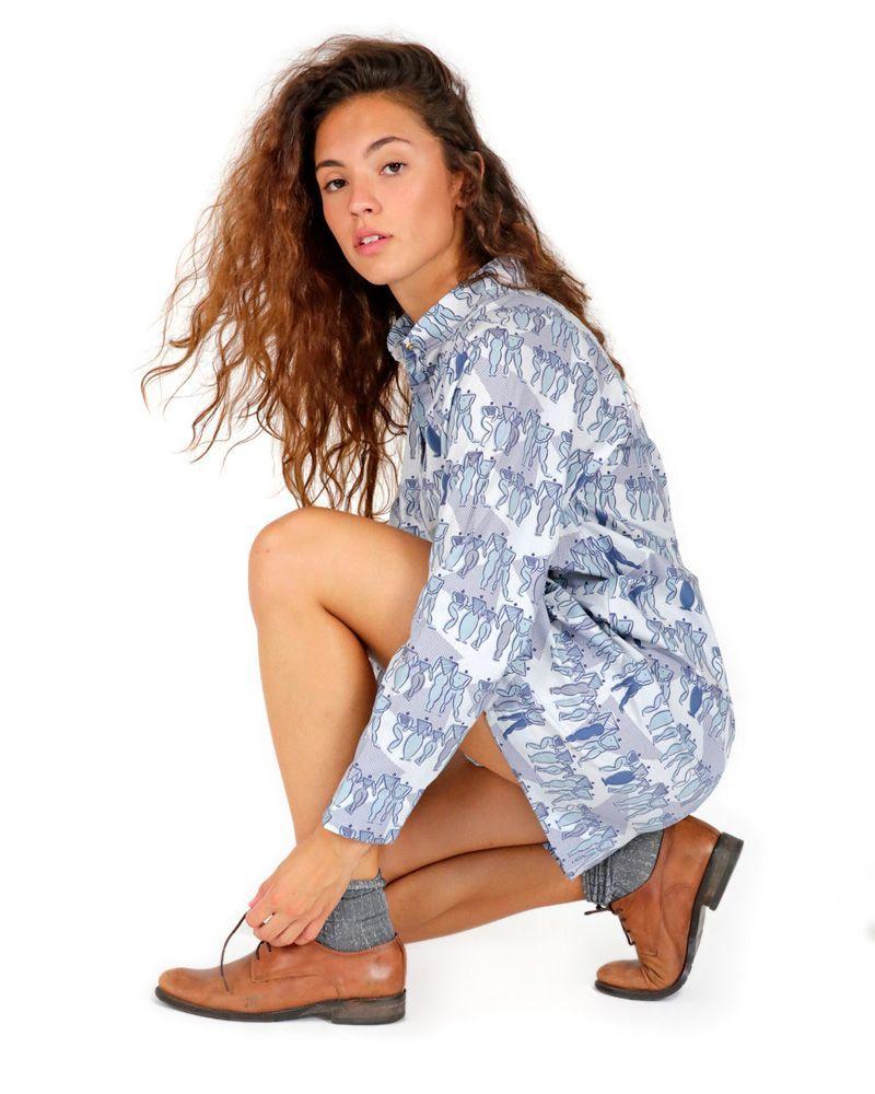 Vestido corto azul camisero estampado con cuello mao y manga ranglan.