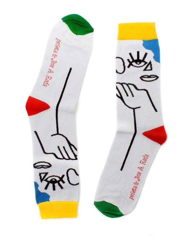 calcetines diseñados por el artista ilustrador Jose Antonio Roda para peSeta hechos en Portugal Memphis style color gris claro siluetas de mujer