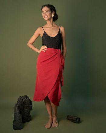 falda roja cruzada con bolsillos laterales.