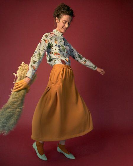 falda con vuelo naranja y bolsillos laterales.