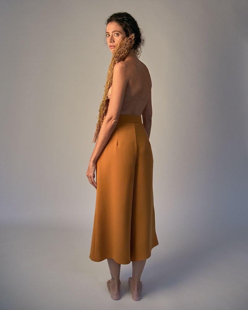 pantalón naranja con vuelo
