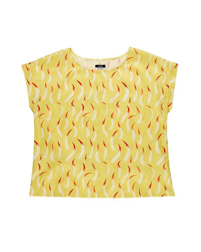 Blusa amarilla estampado llamas de fuego con cuello redondo, manga corta y longitud media.