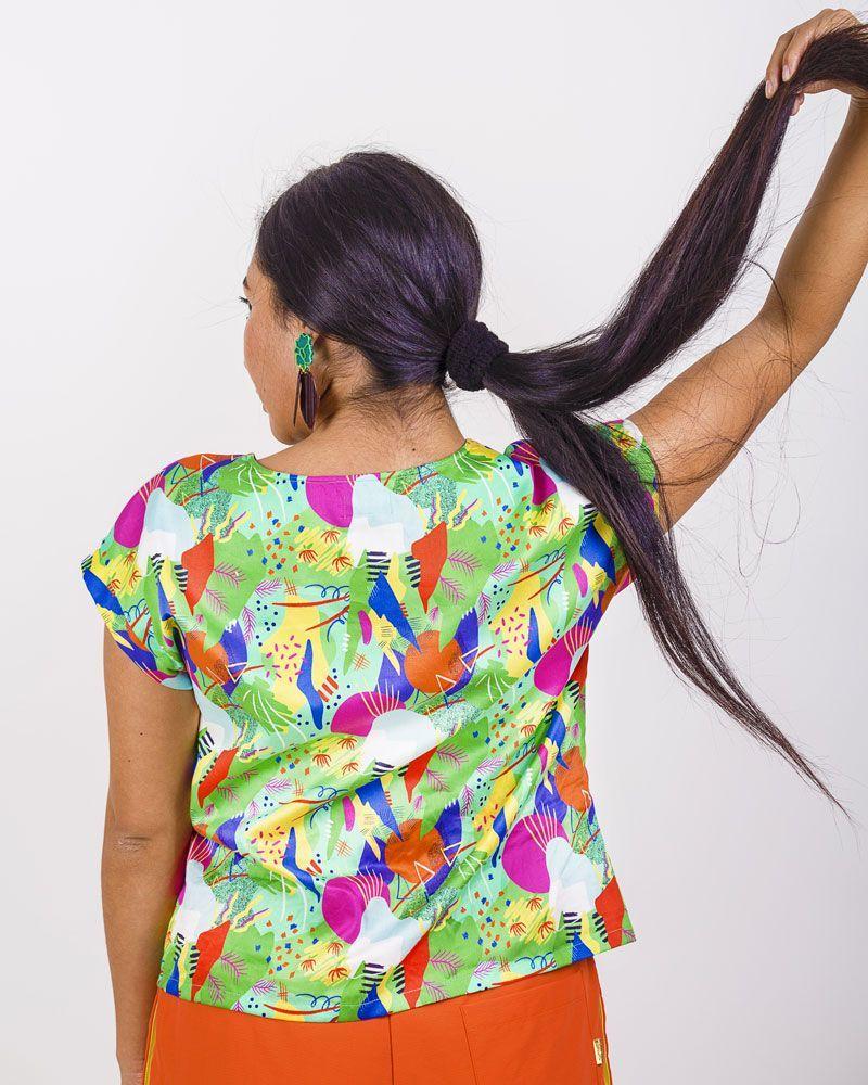 Blusa verde estampado festivo vegetal con cuello redondo, manga corta y longitud media