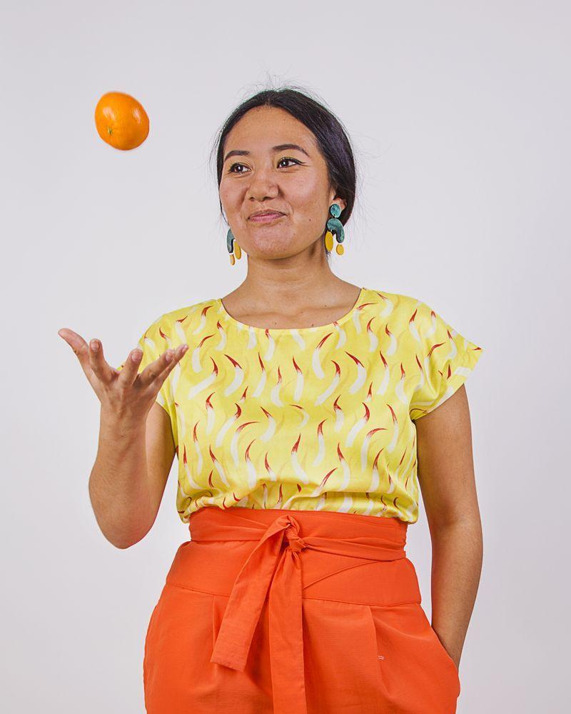 Blusa amarilla estampada con cuello redondo, manga corta y longitud media