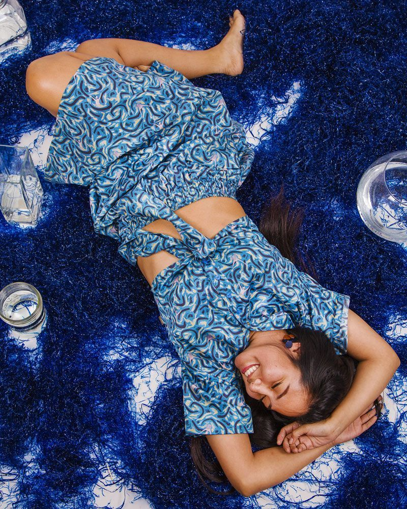 camisa mujer blusa estampado en azul manga corta nudo delantero peSeta