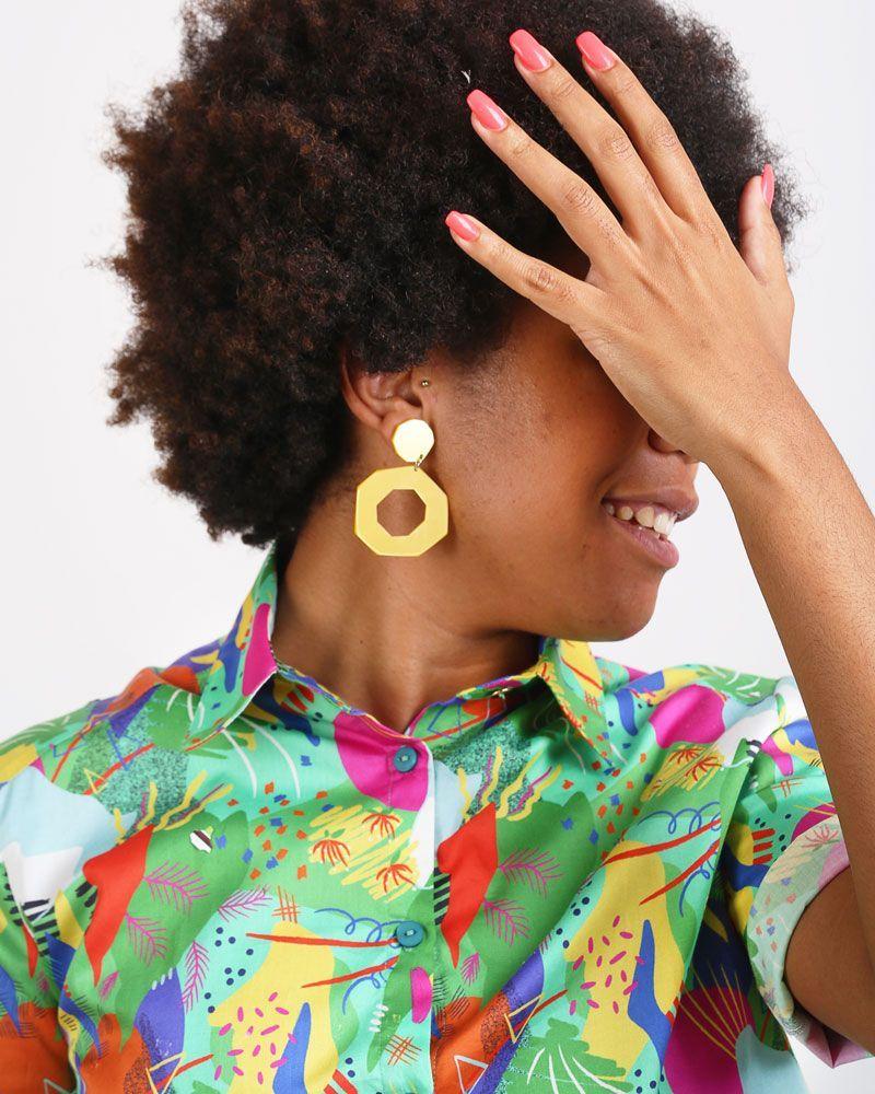Camisa de mujer verde estampada corta abierta por detrás corte recto