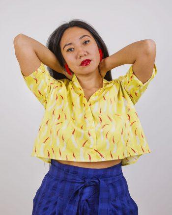 Camisa de mujer corta abierta por detrás estampado amarillo de llamas de fuego