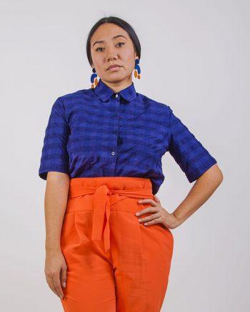 Camisa de mujer corta abierta por detrás cuadros azules