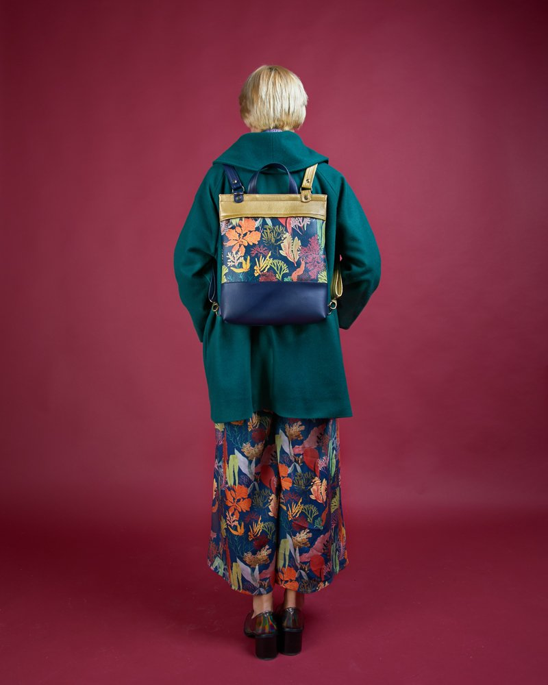 chaquetón mochila bandolera y pantalón con vuelo estampado algas